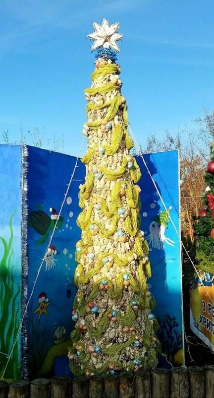 В Одесской области создали более чем трехметровую елку из морских ракушек. Елка записана в Книгу рекордов Украины