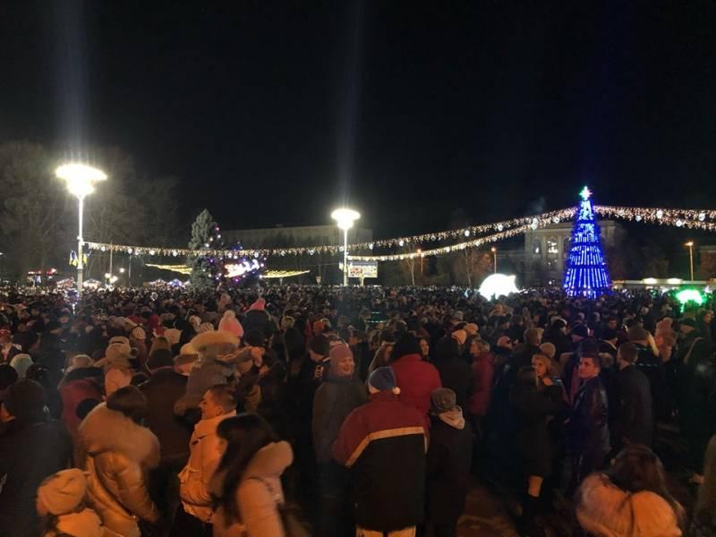 Новогодняя ночь 2020: тысячи измаильчан пришли увидеть праздничный салют на центральную площадь (ФОТО, ВИДЕО)