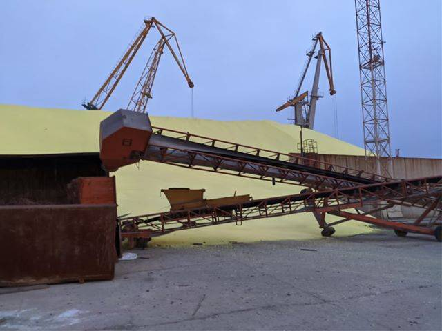 В порту под Одессой ЧП: рухнул склад, заполненный серой