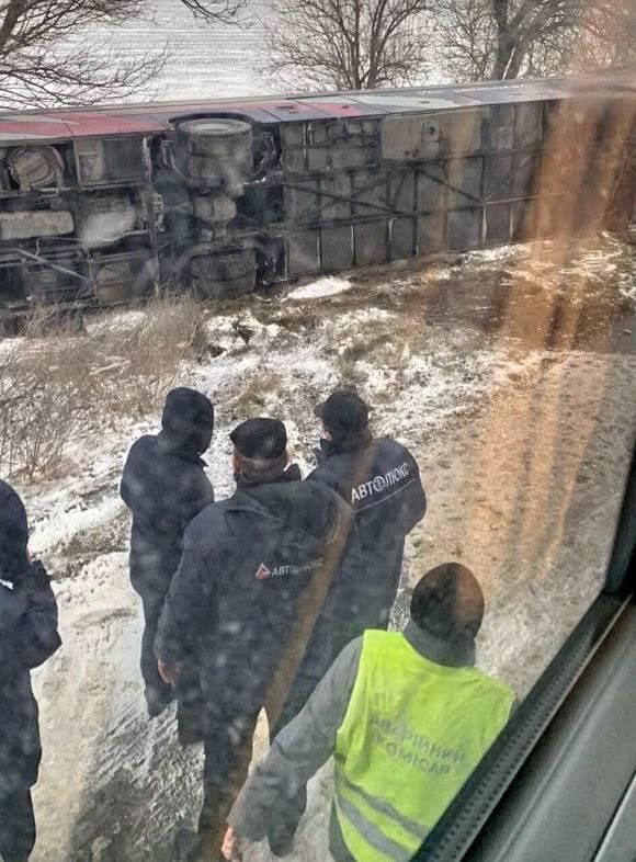 Рейсовый автобус Одесса-Киев перевернулся с пассажирами на скользкой трассе