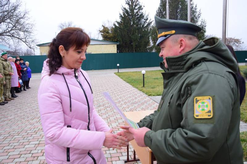 Пограничники Измаильского отряда необычно поздравили женскую половину части (ФОТО)