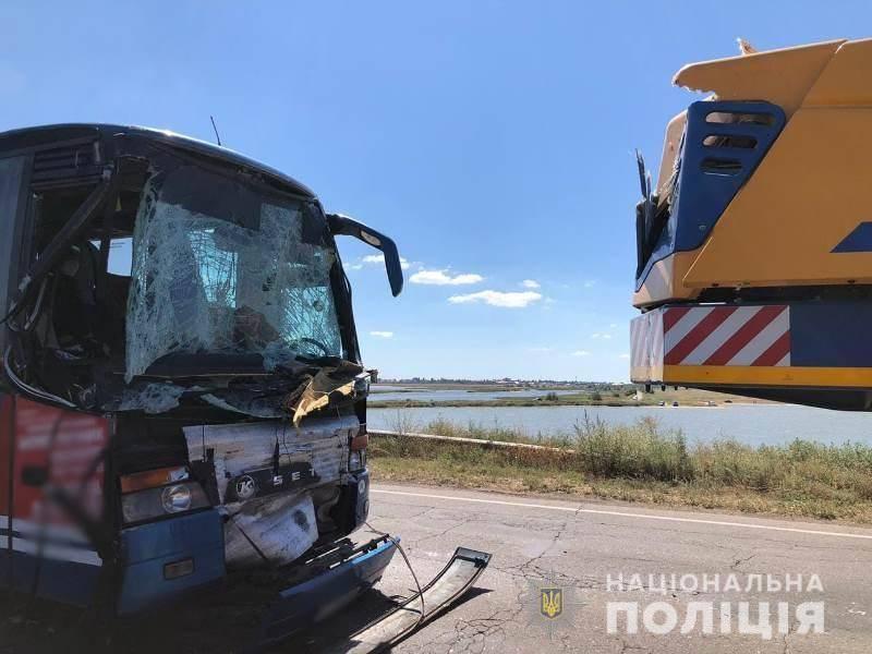 В Одесской области рейсовый автобус столкнулся с автокраном: 5 человек пострадало