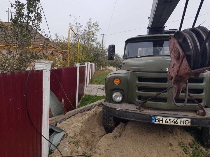 В Измаильском районе ЗИЛ снес опору ЛЭП и забор жилого дома (ФОТО)
