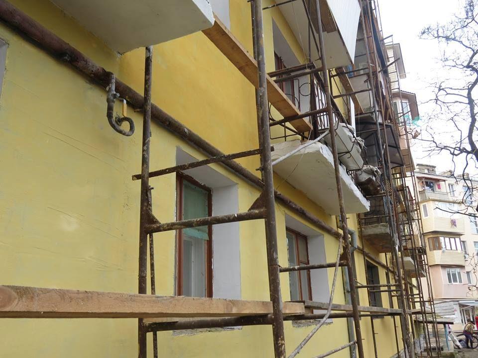 Измаил: на проспекте Суворова ведутся работы по утеплению фасадов многоэтажных домов (ФОТО)
