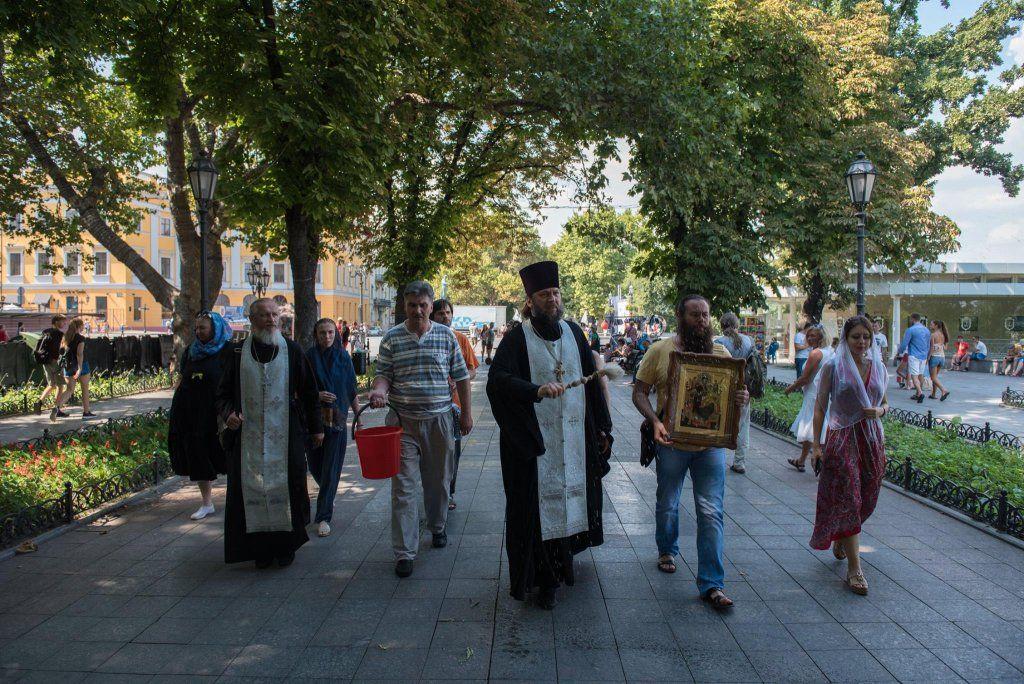 В Одессе после ЛГБТ-марша священник освятил Приморский бульвар