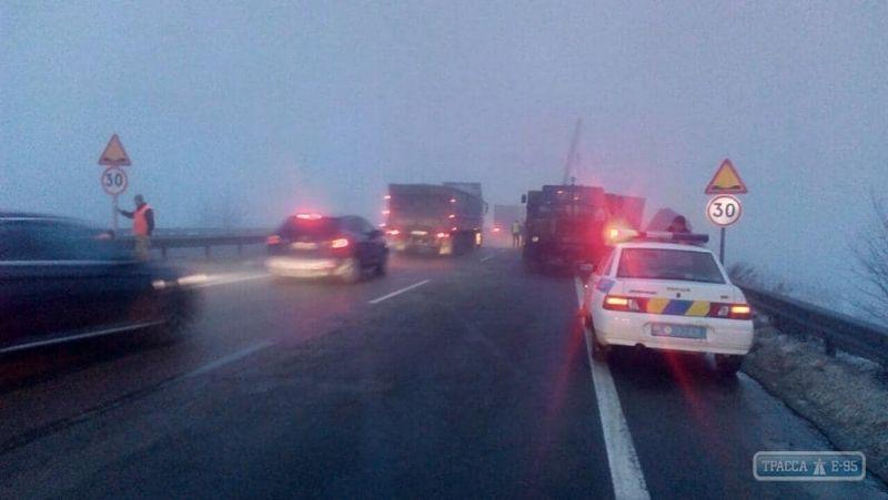 Дорожники латали ямы, которые стали причиной массовых ДТП на трассе Киев-Одесса, и грешили на погоду