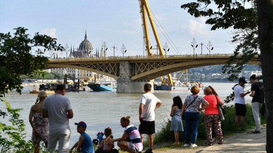 У Будапешті із Дунаю витягли затонулий катер, знайшли ще чотири тіла